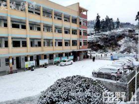 大雪纷飞满校园 教师扫雪暖人心